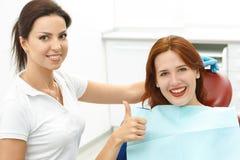 Ragazza che si siede nella sedia di un dentista immagine stock libera da diritti