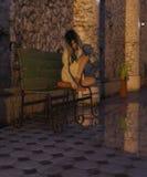 Ragazza che si siede su un banco con la pozza Fotografia Stock