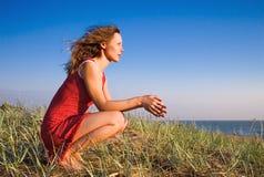Ragazza che si siede su un dune-4 Fotografie Stock