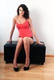 Ragazza che si siede su uno sgabello Fotografia Stock