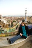 Ragazza che si siede sul banco del mosaico in sosta Guell Fotografie Stock