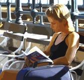 Ragazza che si siede sulla lettura del banco, disegno indicativo illustrazione di stock