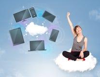 Ragazza che si siede sulla nuvola che gode del servizio in rete della nuvola Immagini Stock