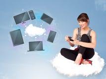 Ragazza che si siede sulla nuvola che gode del servizio in rete della nuvola Immagini Stock Libere da Diritti