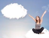Ragazza che si siede sulla nuvola e che pensa al bubb astratto di discorso Fotografie Stock Libere da Diritti