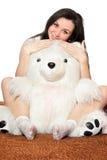 Ragazza che si siede in un abbraccio con un orso di orsacchiotto Fotografie Stock