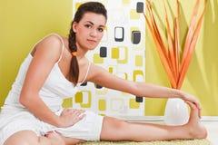Ragazza che si siede in una posizione di yoga Fotografie Stock Libere da Diritti