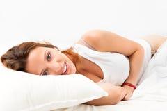 Ragazza che si sveglia sul cuscino bianco Immagine Stock
