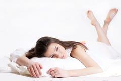 Ragazza che si trova a letto. fotografie stock libere da diritti
