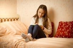 Ragazza che si trova sul letto con il suo diario privato Fotografie Stock Libere da Diritti