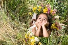 Ragazza che si trova sull'erba e sul sorridere Fotografia Stock Libera da Diritti