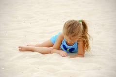 Ragazza che si trova sulla spiaggia immagini stock libere da diritti