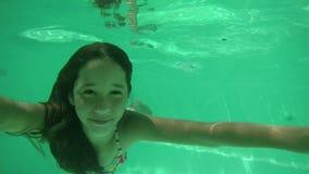 Ragazza che si tuffa piscina stock footage