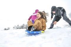 Ragazza che sledding in discesa fotografia stock
