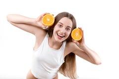 Ragazza che sorride con le cuffie arancio Fotografie Stock