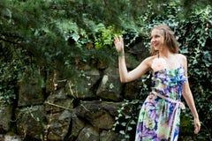 Ragazza che sorride in un vestito Fotografia Stock