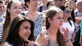 Ragazza che spara video verticale sul vecchio telefono La gente stock footage