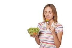 Ragazza che sta con un'insalata e sorridere Fotografia Stock Libera da Diritti