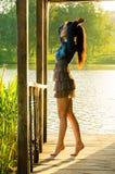ragazza che sta su un pilastro di legno Fotografia Stock