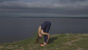 Ragazza che sta su una gamba, addestramento dell'equilibrio, yoga stock footage