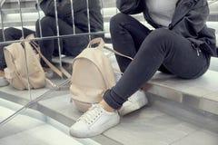 Ragazza che sta sul marciapiede studente con uno zaino, università Giovane bello ritratto della donna, uso dell'attuatore Immagine Stock Libera da Diritti