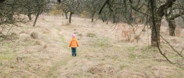 Ragazza che sta sul sentiero per pedoni Fotografia Stock