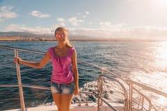 Ragazza che sta sulla barca vicino all'isola di Kauai fotografie stock