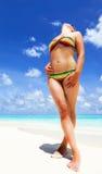 Ragazza che sta sulla spiaggia con la sabbia bianca Fotografie Stock