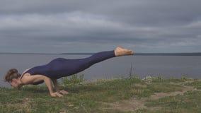 Ragazza che sta sulle mani, addestramento dell'equilibrio di yoga stock footage