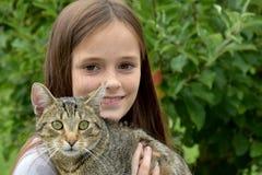 Ragazza che stringe a sé con il suo gatto Fotografie Stock