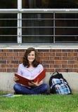 Ragazza che studia all'esterno Fotografie Stock