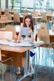 Ragazza che studia alla mensa di università Immagine Stock Libera da Diritti