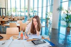 Ragazza che studia alla mensa di università Fotografie Stock