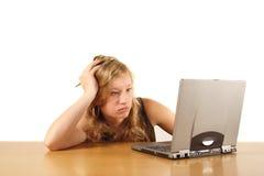 ragazza che studia con il computer portatile Fotografie Stock Libere da Diritti
