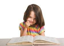 Ragazza che studia dal libro Fotografia Stock