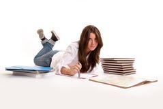 Ragazza che studia sul pavimento Fotografia Stock