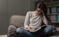 Ragazza che studia tardi alla notte Fotografia Stock Libera da Diritti