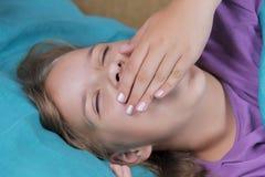 Ragazza che sveglia nel suo letto - allungando e sbadigliando Fotografia Stock Libera da Diritti
