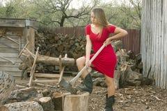 Ragazza che taglia legna da ardere a pezzi Fotografia Stock