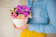 Ragazza che tiene bello mazzo rosa dei fiori misti in vaso Immagini Stock Libere da Diritti
