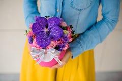 Ragazza che tiene bello mazzo rosa dei fiori misti in vaso Fotografie Stock