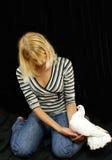 Ragazza che tiene la colomba di bianco Fotografia Stock Libera da Diritti