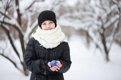 Ragazza che tiene palla blu in mani fotografia stock