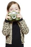 Ragazza che tiene sorridere della macchina fotografica fotografie stock libere da diritti
