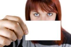 Ragazza che tiene un biglietto da visita Fotografia Stock Libera da Diritti