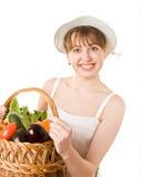 Ragazza che tiene un cestino della verdura fresca squisita Fotografia Stock