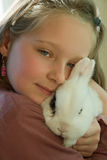 Ragazza che tiene un coniglio Fotografia Stock