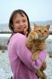 Ragazza che tiene un gatto d'ondeggiamento. Fotografia Stock Libera da Diritti
