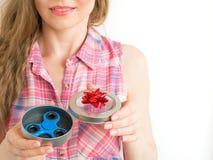 Ragazza che tiene un giocattolo colourful del filatore di irrequietezza della mano in un contenitore di regalo Immagine Stock