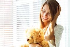 ragazza che tiene un orso di orsacchiotto immagini stock libere da diritti